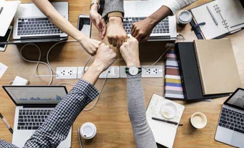 Collegues de travail qui se félicitent par un fist bump une poignée de main
