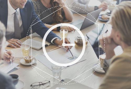 Collègues de travail qui communiquent et échangent lors d'un réunion professionnelle